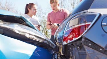 政府考虑年轻司机的1,200英镑保险厅