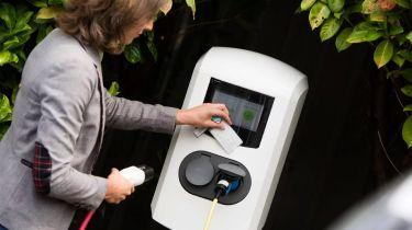 现在电动汽车司机可以使用400英国充电器,其中一个应用程序或卡片