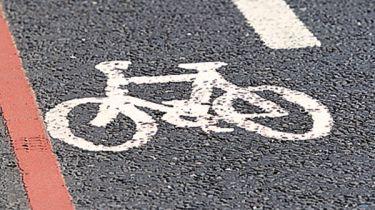 驾驶者靠近骑自行车的车道上的自行车比在道路上
