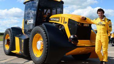 世界上最快的拖拉机在车轮上用Guy Martin击中103mph